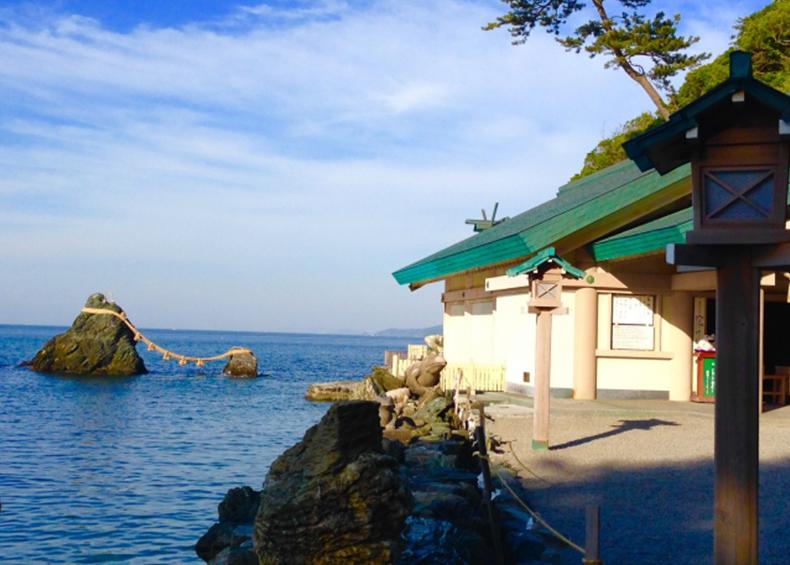 【夫婦岩】 夏至の前後の天気のいい日には遠く富士山の背から差し昇る日の出を見ることができ、秋~冬には夫婦岩の間から満月を見ることが出来ます。