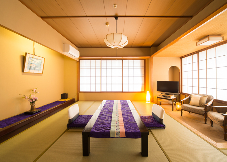 「佳松亭」は、和を基調とした畳の香り漂う落ち着きのある客室です。