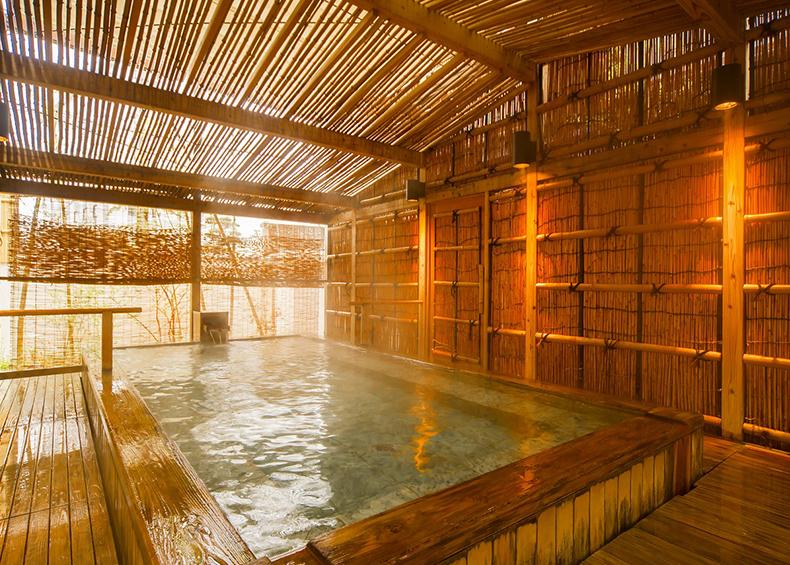 竹林に囲まれた野趣満点の露天風呂です。