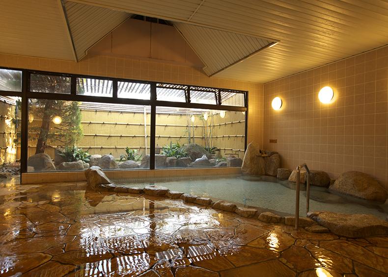 常時新しい温泉が注がれ、いつもお湯が溢れた状態の贅沢な大浴場です。