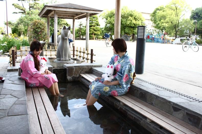 【湯田温泉の足湯】 湯量が豊富な湯田温泉のまちには、無料で利用することのできる足湯が6箇所設けられています。