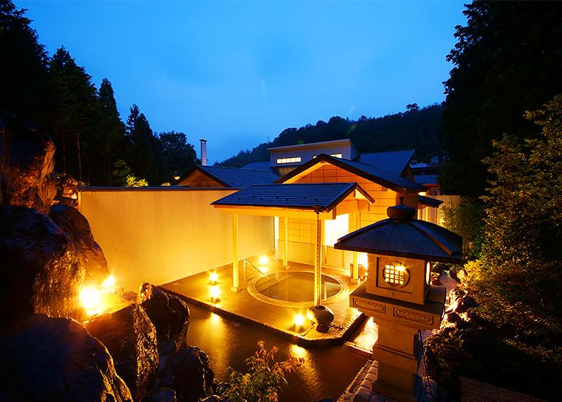大浴場へお越しのお客様をお出迎えするのは能舞台。贅沢な空間の使い方にお客様の期待が高まります。