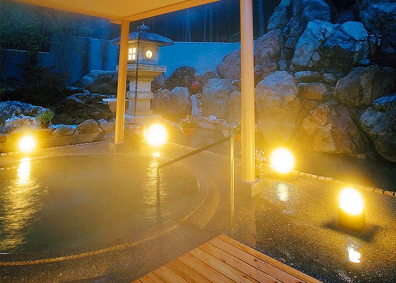 浴場に進むと先ず天井の高さと窓越しの緑に目を奪われます。広々とした内湯はジャグジーに寝湯等バリエーションが豊富です。