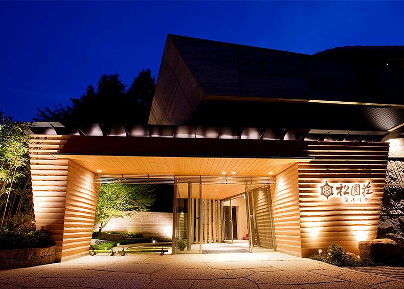 トロッコ列車や保津川下りで有名な人気観光地、湯の花温泉にある旅館でございます。