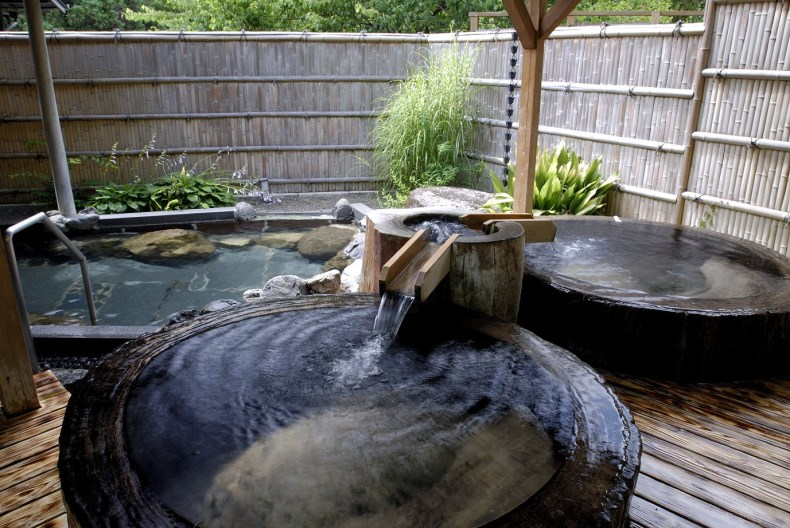 大地から絶え間なく湧き出す温泉はミネラルを多く含み、ホルモンバランスを整えてくれるやわらかい泉質です。(女性露天風呂イメージ)
