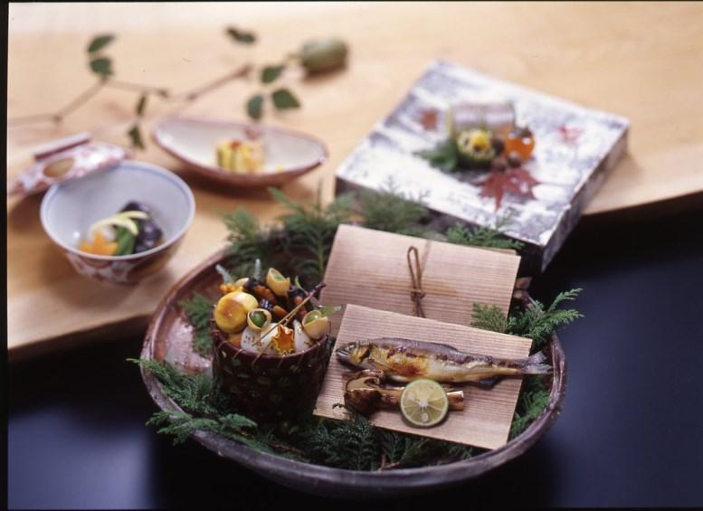 旬の食材、折節の行事に合わせて、八寸や椀のもの、お料理一品ごとに季節を演出します。(秋の料理一例)
