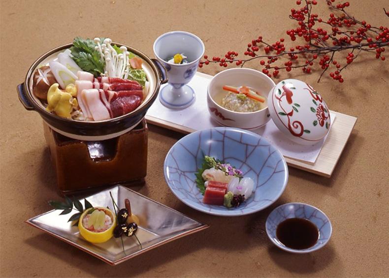 旬の食材、折節の行事に合わせて、八寸や椀のもの、お料理一品ごとに季節を演出します。(冬の料理一例)