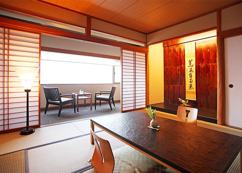 落ち着きのあるスタンダードな和室。和室にはデザインを凝らしたチェアを配置し、季節や時間と共にその表情を変えていく海の景色をゆったりとお楽しみいただけます。
