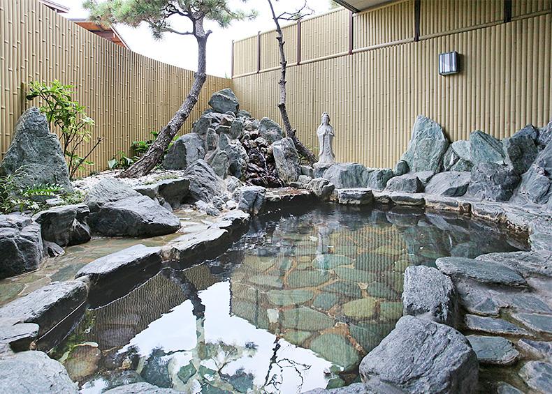 楽しみは、なんといっても、手足を充分に伸ばしてくつろげる、開放的な大浴場。 どうぞ、ご湯っくりお楽しみください。