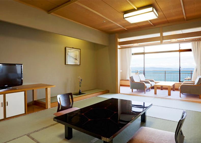 ゆったりとした12畳の和室からは大阪湾や紀淡海峡の大パノラマをお楽しみ頂く事ができ、晴れた日には大海原を昇る幻想的な朝陽もご覧いただけます。