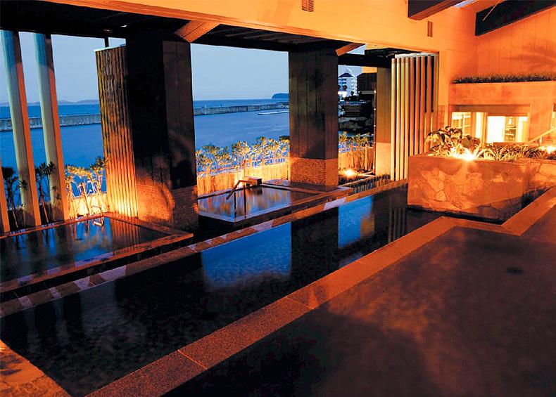 """ホテルニューアワジの浴場棟「スパテラス水月」内にある """"淡路棚田の湯""""""""くにうみの湯""""では、療養泉として知られる名湯""""洲本温泉""""と、自家源泉のにごり湯 """"古茂江温泉""""の2つの源泉を、多彩な湯船で楽しめます。"""