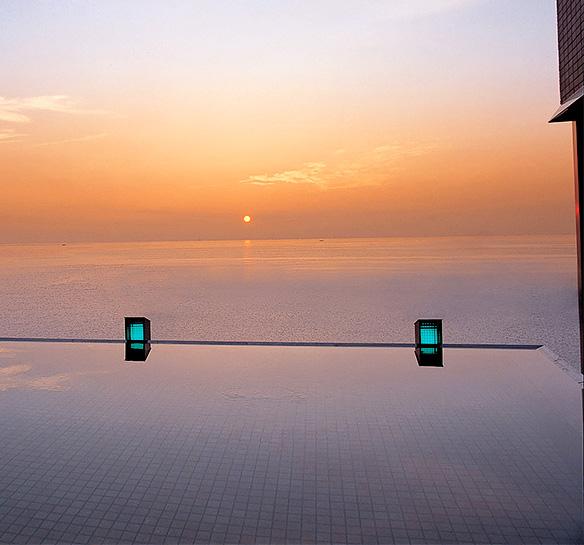 海と空と温泉が一体となったメゾネットタイプの展望露天風呂「天宮の雫」。上層に空へと誘う展望風呂、下層に波打ち際の露天風呂や貸し切り風呂など多彩にご用意いたしました。