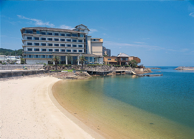 煌めく朝陽、満天の星空、満月と海が描く月の道。淡路島の海辺の旅館で極上の休日を。