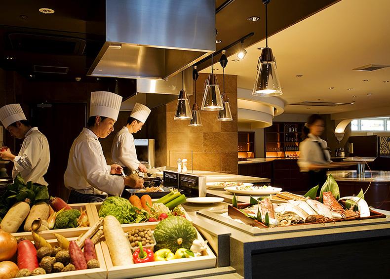 数えあげればきりのない山海の味覚を、ホテル自慢の料理人が腕を振るって素材の味を存分に生かした目にも美しいオリジナル会席に仕立てます。