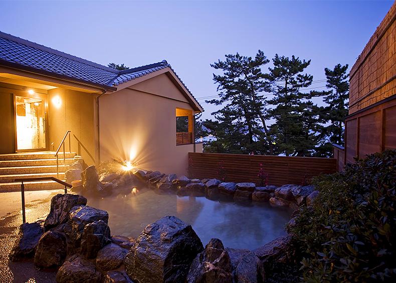 「古事記」や「日本書紀」に記された淡路島の「国生みの神話」をモチーフにした大浴場。
