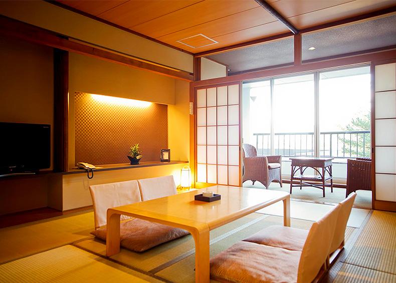 工夫を凝らした琉球畳和室から、定番のスタンダード和室、上階からの海景を確約するスーペリアツイン、 そして大家族にも利用可能な和洋室と、ビジネスに最適なスタンダードツイン。 様々な用途に対応する客室をご用意しています。