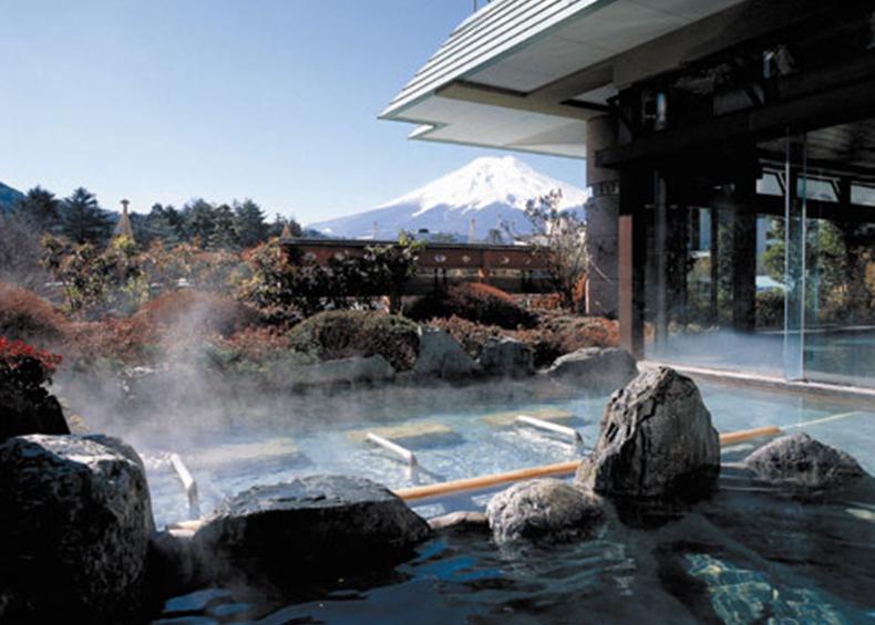 3段に連なった湯船から、さえぎるもののない眺望をゆったり温泉に浸かりながら満喫できます。