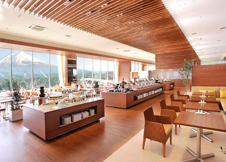 開放的で屋外にいるように広々とした空間で「富士山」を楽しむレストランです。