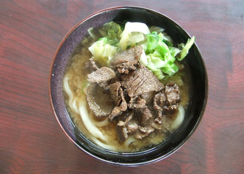 【吉田のうどん】 山梨県富士吉田市を中心として食べられている郷土料理のうどんである。