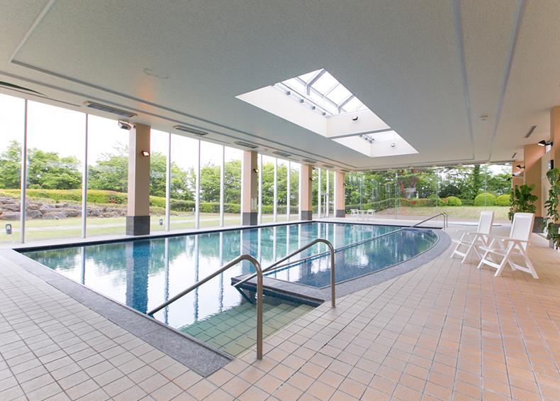 庭園内にある温水プールで富士山の眺望を楽しみながらスイミング