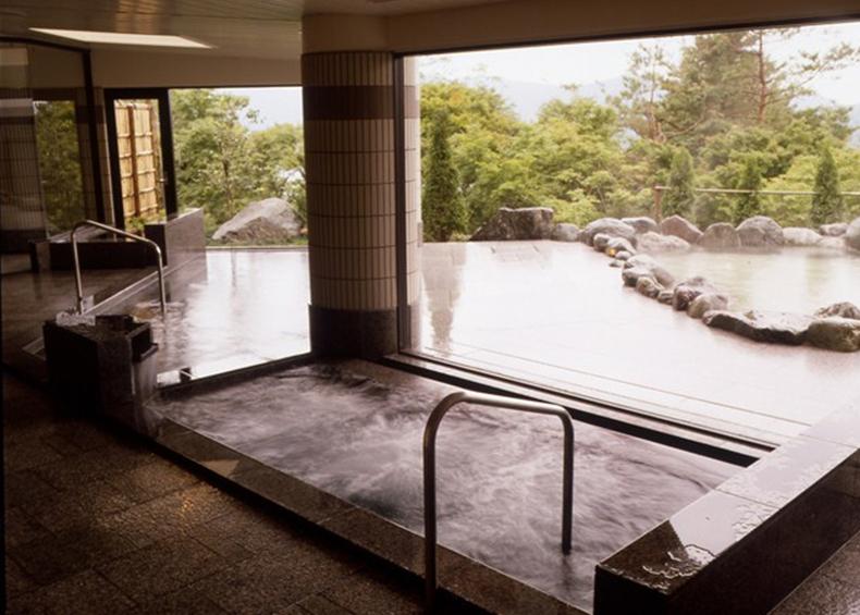 内風呂からも、外の景色を眺めながらゆっくりとご入浴いただけます
