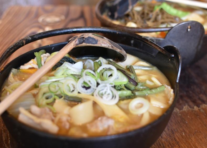 【ほうとう】 山梨県を中心とした地域で作られる郷土料理。