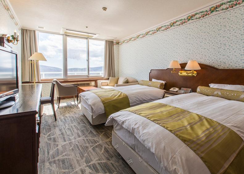 落ち着いたインテリアのお部屋です。眼下には山中湖、右手に富士山をお楽しみいただけます。
